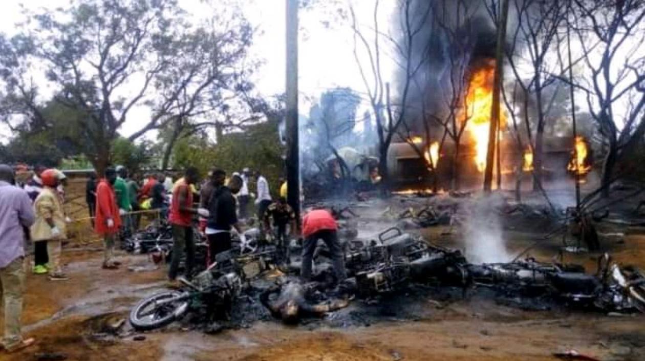 Explosión de camión cisterna en Kenia dejó 13 muertos: Le extraían gasolina luego que se accidentara