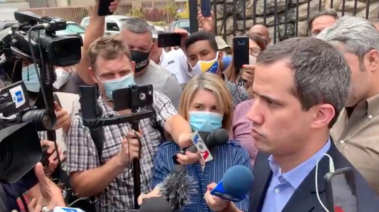 Juan Guaidó aparece en la puerta de su casa tras información de supuesta captura