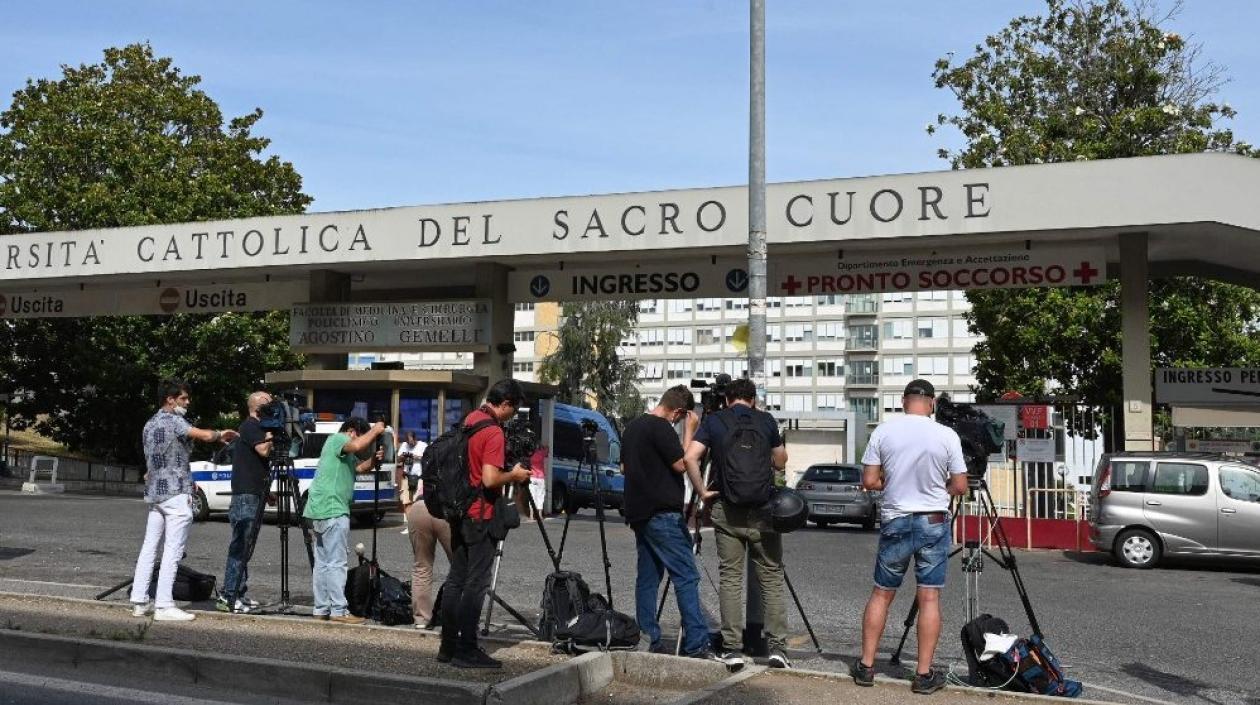 El Papa Francisco seguirá en Roma hospitalizado unos días más tras su operación de colon