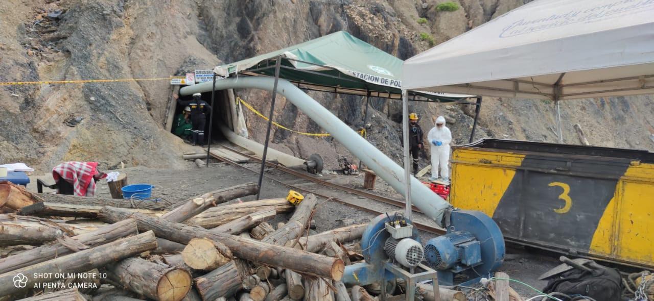 Equipo de salvamento minero rescata con vida a minero que estuvo atrapado durante seis días en mina de carbón en Sativasur