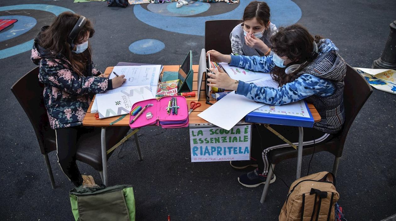Italia aprueba vacunar con Moderna a población entre 12 y 17 años