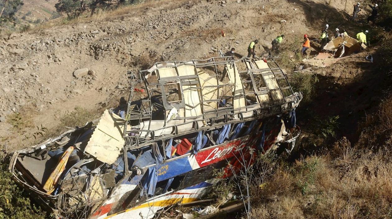 29 muertos y 20 heridos dejó un autobus que se estrelló y cayó a un barranco en Perú