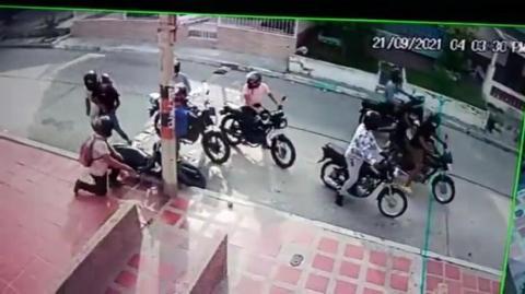 8 delincuentes en 5 motos atracaron a una pareja en el barrio El Valle de Barranquilla