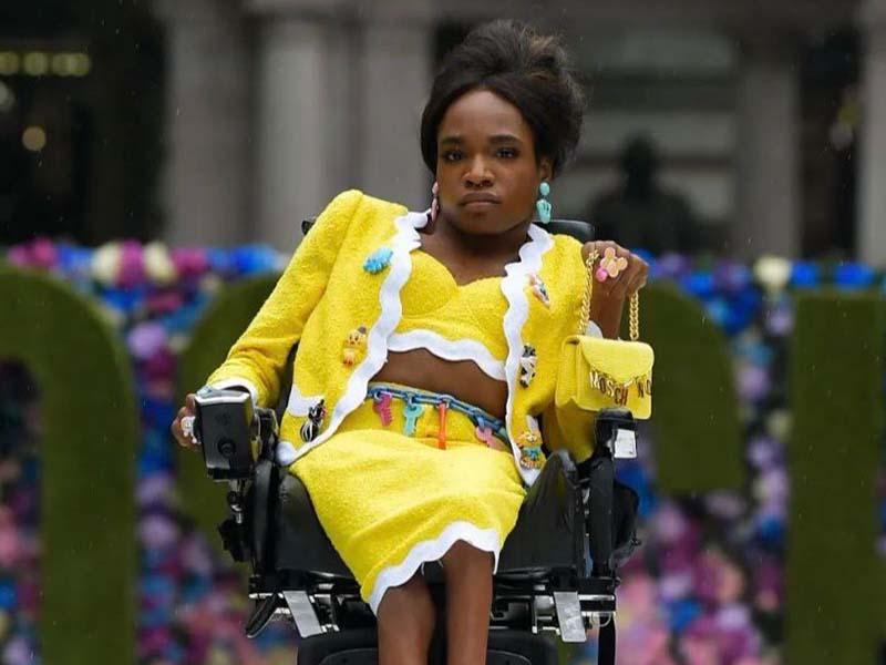 Una mujer transgenero con discapacidad se roba todas las miradas en desfile de la marca Moschino