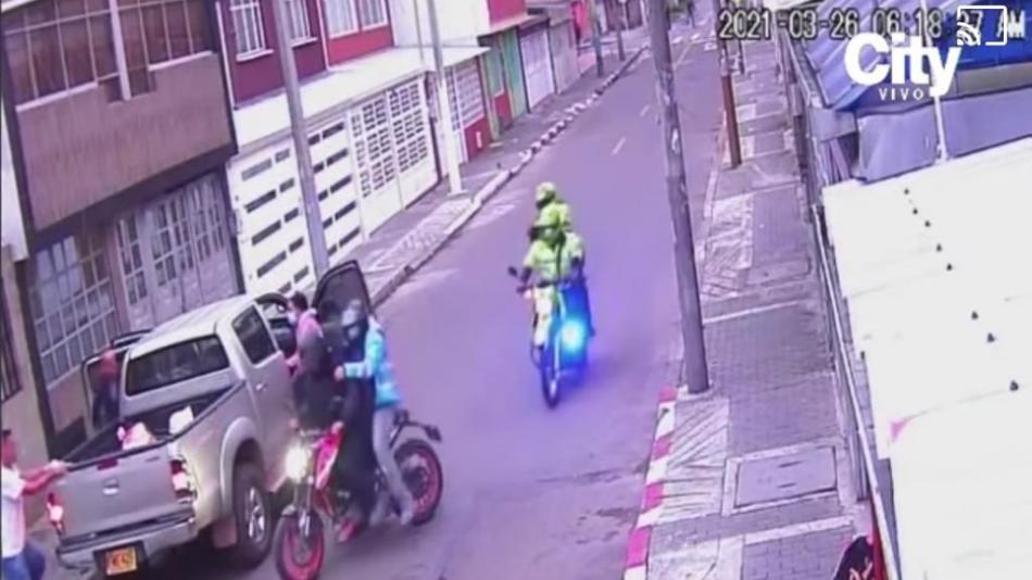Los ladrones se camuflan en puente peatonal para atracar a sus víctimas