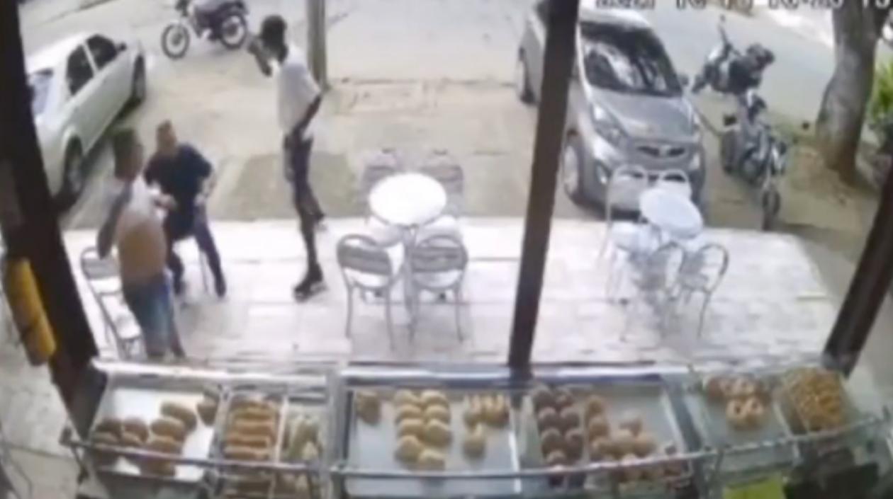 Hombre mató a dos delincuentes cuando estos mismos lo atracaron en una panadería en Cali