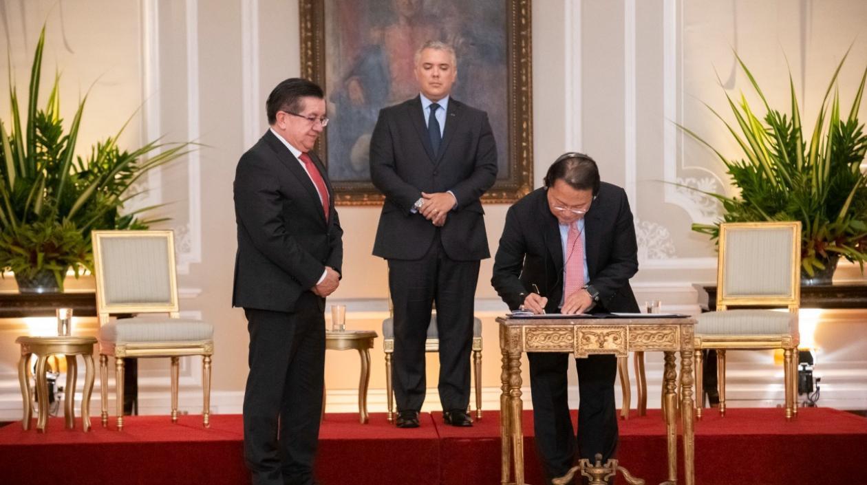 Firman memorando de entendimiento con Inovio para producir vacunas en Colombia